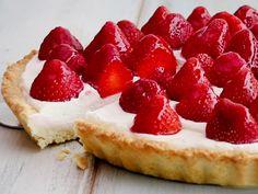 Knuspriger Teig mit einer köstlichen Creme und aromatischen Früchten obendrauf - so backst du eine himmlische Erdbeer-Tarte.