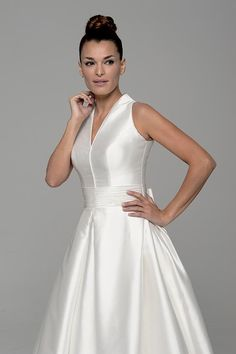 Modelo Atria #coleccion #Innovias en mikado de seda, cuello chimenea, fajín drapeado #vestidos #alquiler #novias http://www.innovias.es/vestido-de-novia-0-atria-4-199.php