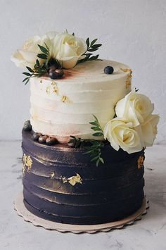 32 Jaw-Dropping Pretty Wedding Cake Ideas A delicious cake is the sweetest ending to a perfect wedding celebration. If you're looking for wedding cake inspiration, browsing through wedding cake pictures. Naked Wedding Cake, Pretty Wedding Cakes, Small Wedding Cakes, Black Wedding Cakes, Wedding Cake Designs, Wedding Themes, 2 Tier Wedding Cakes, Bolo Glamour, White And Gold Wedding Cake