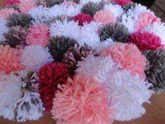 Tapete confeccionado com pompons de lã com base ante derrapante de plástico.