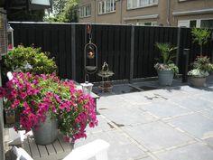 Zwarte 2 meter schutting van verticale brede planken rustiek zwart, zweeds rabat. Nieuw bij Buitenwarenhuis