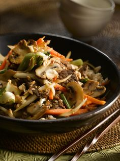 Ginger Beef and Mushroom Stir-Fry « Fresh Mushrooms Stir Fry Dishes, Stir Fry Recipes, Beef Recipes, Healthy Recipes, Recipies, Main Dishes, Think Food, I Love Food, Mushroom Stir Fry