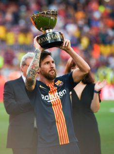 Lionel Messi of FC Barcelona celebrates with the trophy after winning the Joan Gamper Trophy match between FC Barcelona and Boca Juniors at Camp Nou on August 15, 2018 in Barcelona, Spain. Fc Barcelona, Lionel Messi Barcelona, Barcelona Football, Messi Pictures, Messi Photos, Messi Soccer, Messi 10, David Ramos, Best Football Players