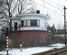 Eykmanlaan bij overweg - vm seinhuis Blauwkapel uit 1950 tbv de spoorwegen; bedieningsapparatuur is verwijderd, nu woning.