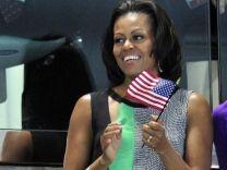 Photo # 11: July 29, 2012 - USA - by Reuters - 156 x 208.  Prominenz in London —Michelle Obama ist amused   Die US-Präsidentengattin winkt, Joachim Gauck staunt, Prinzessin Kate streichelt sich das Bäuchlein und sogar Mitt Romney traut sich ins Stadion: Wenn sich Prominente auf der Zuschauertribüne zeigen, gerät der Sport schon mal zur Nebensache. mehr...