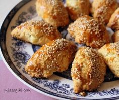 Conas a scaiptear an taoschnó sa bhéal? Iarracht, donut an-bhlasta . - Essential International Milis Recipes In Irish Donut Recipes, Pastry Recipes, Cake Recipes, Snack Recipes, Cooking Recipes, Turkish Snacks, Turkish Recipes, Tea Time Snacks, Delicious Donuts