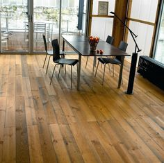 Pallet Bottom - Upcycling ideas for a beautiful hardwood floor Wood Pallet Flooring, Diy Flooring, Timber Flooring, Concrete Floors, Hardwood Floors, Pallet Wood, Flooring Ideas, Terrazzo Flooring, Recycled Pallets