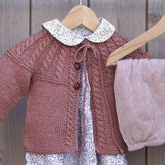 Tian babyjakke strikket i varmbrun Duo fra #sandnesgarn oppskrift finnes i nettbutikken #babystrikk #babyjakke #strikkejakke #knitting #strik Kids Knitting Patterns, Knitting For Kids, Baby Patterns, Baby Barn, Knit Jacket, Baby Sweaters, Crochet Yarn, Knitwear, Baby Kids