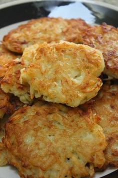 Kartoffelpuffer - German potato pancakes are a real treat and something Germans miss when they move away. Eating freshly made potato pancakes with applesauce in the out-of-doors at a weekly market or carneval is a wonderful way to do indulge, German Potato Pancakes, Polish Potato Pancakes, German Potatoes, Vegetarian Recipes, Cooking Recipes, Good Food, Yummy Food, Gula, Potato Cakes