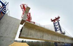 Étape symbolique dans l'avancée du chantier de la LGV SEA Tours-Bordeaux en Vienne : le viaduc ouest de l'Auxance (situé sur les communes de Chasseneuil-du-Poitou et Migné-Auxances) accoste sur le versant sud de la vallée lundi 24 mars. Les équipes de COSEA ont procédé vendredi 21 et lundi 24 mars à la pose des derniers voussoirs qui composent ce viaduc de 444 mètres de long : 183 pièces posées par le système d'avancement par haubanage.