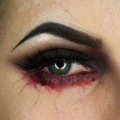 Blut am Auge. Halloween Schminke und Make-up Blut am Auge. Halloween Schminke und Make-up The post Blut am Auge. Halloween Schminke und Make-up appeared first on Halloween Deutschland. Scary Makeup, Sfx Makeup, Costume Makeup, Blood Makeup, Horror Makeup, Makeup Tips, Simple Zombie Makeup, Beauty Makeup, Demon Makeup