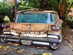 Old-Oldsmobile #morninautos #soloparking #chivera #oldsmobile #super88 #dirtmerchantautos #rustlord #rusty #leftbehind #stationwagon #derelict (at Los Dos Caminos. Av. Sucre)