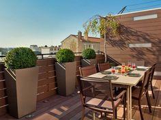 jardinières design en gris clair de design élégant et haut sur la terrasse Jardiniere Design, Outdoor Furniture Sets, Outdoor Decor, Patio, Green, Plants, News, Houses, Modern Gardens