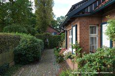 Teil des Hofensembles in Isernhagen: Wohnhaus und Gartenhaus im Hintergrund Villas, Detached House, Real Estates, Garden Cottage, Homes