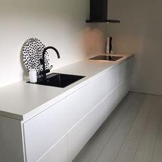 Strakke Ikea voxtorp keuken. Zwarte gootsteen!
