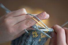 Lankojen kuljetus kirjoneuleessa Yarn Projects, Knitting Stitches, Crochet, Tableware, Diy, Monet, Socks, Knitting Patterns, Dinnerware