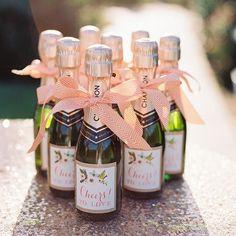 Tim-tim ✨ Chic e muito charmosa essa ideia!!  As mini garrafas de champagne podem ser as lembrancinhas perfeitas para o chá de panelas ou para a despedida de solteira. As amigas vão amar!!!    {via @everylastdetailblog website} #lembrancinha #chadepanela #despedidadesolteira #brindeaoamor #amor #timtim #champagne #personalizado #casamento #favors #bridalshower #bacheloretteparty #henparty #cheerstolove #love #cheers #custom #wedding #armazeminspira