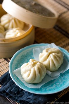 Let's make Nikuman, Japanese steamed buns filled with delicious pork, shiitake mushroom, cabbage, and scallion! It's the best kind of savory snack. Easy Japanese Recipes, Japanese Dishes, Japanese Food, Asian Recipes, Ethnic Recipes, Chinese Food, Pork Recipes, Cooker Recipes, Free Recipes