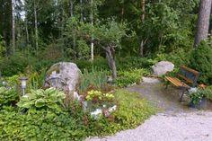 Kivet kannattaa ottaa mukaan puutarhan istutuksiin. Ne keräävät päivällä lämpöä ja luovuttavat sitä illan ja yön aikana. Lisäksi kivet tuovat pihaan persoonallista ilmettä. Text Anna Aho, photo Ritva Tuomi viherpiha.fi