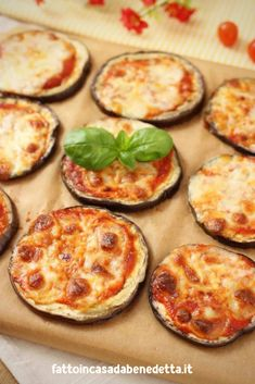 PIZZETTE DI MELANZANE. Ricetta facile di Benedetta. Tapas Recipes, Best Dinner Recipes, Italian Recipes, Appetizer Recipes, Vegetarian Recipes, Healthy Recipes, Mama Cooking, Light Recipes, Family Meals