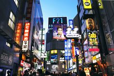 As the largest urban area in the world, Tokyo can be a bit intimidating for first-time visitors. Here's a beginner's guide to Tokyo's popular districts and wards! Tokyo Travel, Tokyo Trip, Fun Facts, Popular, Adventure, Tokyo Style, Trips, Turquoise, Spaces