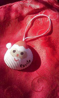 Cet ornement de Santa mignon est issu dun coquillage provenant des plages de Emerald Isle, Caroline du Nord. Lornement peut être personnalisé