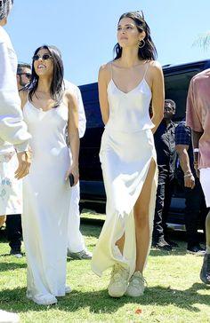 Kourtney Kardashian et Kendall Jenner au Easter Coachella Service de Kanye West - Kourtney Kardashian et Kendall Jenner au Easter Coa de Kanye West . Kendall Jenner Outfits, Kendall Jenner Coachella, Kendall Jenner Mode, Kendall Jenner White Dress, Kylie Jenner Style, Fashion 2020, Star Fashion, Look Fashion, Fashion Outfits