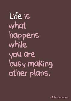 Quote postkaart Life is what happens while you are busy making other plans van Studio Inktvis. Geweldige tijdloze quote van John Lennon.
