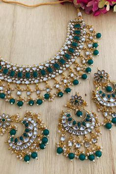 Gold Jewelry Simple, Simple Necklace, Necklace Set, Indian Jewellery Online, Indian Jewelry, Jewelry Accessories, Jewelry Design, Diamond Jewellery, Gold Set