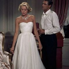 Her dress is simply gorgeous! -Grace Kelly in To Catch a Thief Hollywood, vintage, La Main Au Collet, Princesa Grace Kelly, Patricia Kelly, Cary Grant, Vintage Mode, Vintage Style, Dress Vintage, Classic Beauty, Hollywood Actresses