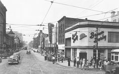 photo-toronto-yonge-street-and-dundas-looking-north-brown-derby-biltmore-theatre-other-signs-1950