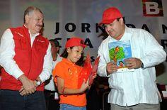 """El gobernador Javier Duarte de Ochoa encabezó el inicio de la Segunda Jornada Nacional de Lucha Contra el Dengue, """"Escuela sin mosquitos, niños sin dengue"""", y entregó 20 ambulancias que reforzarán los recursos operativos de las Jurisdicciones Sanitarias de la entidad."""