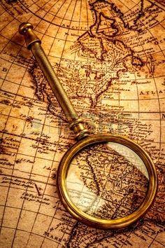 Do vintage vida ainda. Lupa Vintage encontra-se em um mapa do mundo antigo