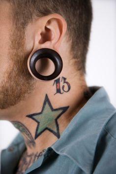 Tatuagem masculina de estrelas