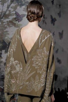 See all the Details photos from Valentino Spring/Summer 2014 Couture now on British Vogue Elie Saab Couture, Valentino Couture, Fashion Moda, Fashion Show, London Fashion, Fashion Details, Fashion Design, Glamour, Embroidery Fashion