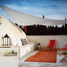 Happiness Everywhere: Garden Deco Inspiration (terrazas, jardines y balcones) Outdoor Life, Outdoor Rooms, Outdoor Living, Outdoor Decor, Garden Deco, Shade House, Pergola Pictures, Pergola Designs, Pergola Ideas