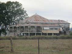 Queenslander house, think we've seen this. Our next reno haha! Abandoned Mansion For Sale, Old Abandoned Buildings, Abandoned Mansions, Old Buildings, Abandoned Places, Australian Architecture, Australian Homes, Queenslander House, Old Farm Houses
