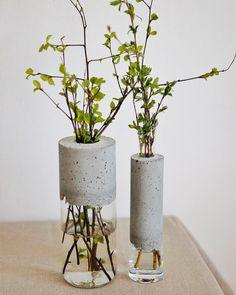Modern vase made of glass and concrete. Vase for flowers handmade. Loft vase Modern vase made of glass and concrete. Vase for flowers handmade. Cement Art, Concrete Crafts, Concrete Art, Concrete Design, Concrete Planters, Polished Concrete, Loft Stil, Beton Design, Decoration Plante