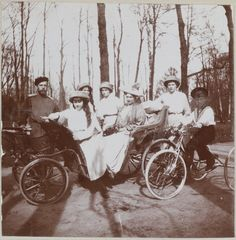 A família imperial no parque em Tsarskoe Selo, em 1910, da esquerda para a direita: Imperador Nicholas II, Grã-duquesa Anastasia, Grã-duquesa Marie, Grã-duquesa Olga, Imperatriz Alexandra, Grã-duquesa Tatiana e Czarevich Alexis em sua bicicleta