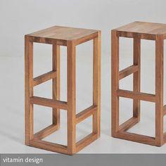 Der Barhocker aus Massivholz benötigt keine großen oder kleinen Details.
