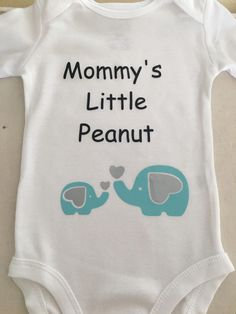 Elephant themed onesie made with heat transfer vinyl. Elephant themed onesie made with heat transfer vinyl. Cricut Baby Shower, Baby Shower Niño, Boy Baby Shower Themes, Baby Shower Gifts, Baby Elephant Nursery, Elephant Baby Showers, Elephant Baby Clothes, Baby Motiv, Peanut Baby Shower