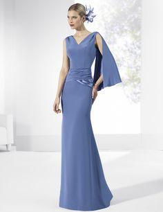 Vestidos de fiesta largos de crep azul con fajín y caída del mismo tejido en hombros.