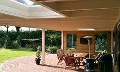 -3- Landelijke klassieke houten veranda terrasoverkapping bouwen aan huis met plat dak en lichtkoepel van lariks douglas of eikenhout. bouwpakket zelfbouw.