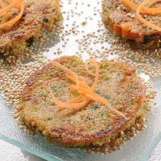Galettes de quinoa aux carottes et aux poireaux Super-bon mélange de légumes/féculent sans gluten...utiliser un petit peu de huile d'olive et les faire cuire ou four...moins de gras!...
