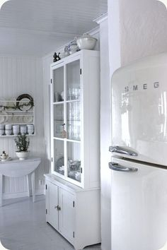 my next kitchen colour - white! Shabby Chic Kitchen, Country Kitchen, Vintage Kitchen, Kitchen Decor, Kitchen Design, Little White House, White Cottage, White Farmhouse, Glass Cabinet Doors