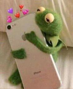 ⃗ 𝒀𝒐𝒐𝒏𝑮𝒊 𝑩𝒐𝒕𝒕𝒐𝒎 𝒊𝒔 𝑳𝒊𝒇𝒆₊̇° ⚘݄*₊˚Aquí podrás enc… # De Todo # amreading # books # wattpad Frog Wallpaper, Emoji Wallpaper, Cute Disney Wallpaper, Funny Kermit Memes, Cartoon Memes, Sapo Meme, Frog Meme, Heart Meme, Response Memes