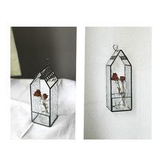 【marple1930】さんのInstagramをピンしています。 《置いたり掛けたり  アンティークっぽいガラスと仕上げも好きだけど、こういう雰囲気も好き  だから、作るものに統一性がない  #ステンドグラス#テラリウム#お家#ディスプレイ#クリアガラス#シンプル#お家型#手作り#お花#花瓶 #staindglass#terrarium#house#display#clearglass#simple#handmade#flower#vase》