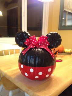 Minnie Mouse Painted Pumpkin These DIY Painted Fall Pumpkins inspired by Rifle Paper Co. are easier than you'd think! You just need the right technique and good paints. Grab my tutorial Mini Mouse Pumpkin, Mickey Mouse Pumpkin, Disney Pumpkin, Mickey Halloween, Halloween Snacks, Halloween Crafts, Halloween Decorations, Vintage Halloween, Halloween Activities