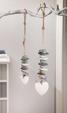 Steine in natürlichem Grau an Schnur aufgereiht, Herz als Abschluss, verziert mit grau/weiß kariertem Textilband, robuste Schnur