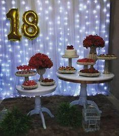 Festa intimista e super fofa para comemorar aniversário!! 😍😍 Bolos e doces @deliciouscakes_ Decor @atelier_das_festas . #catalogodefestas…